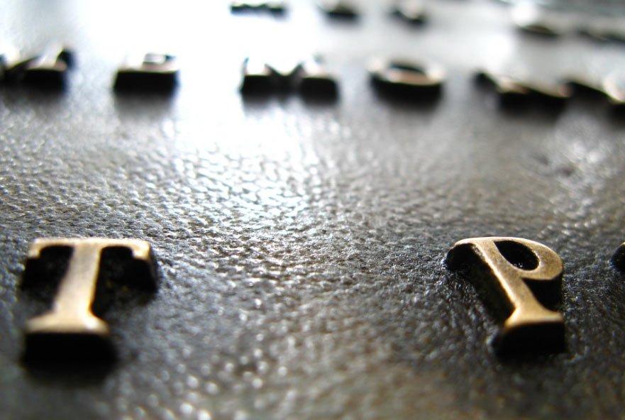 Giochi di spessori nelle etichette: l'embossing e il braille